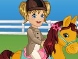 Малышка Эмма ухаживает за пони