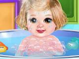 Малышка принимает ванну